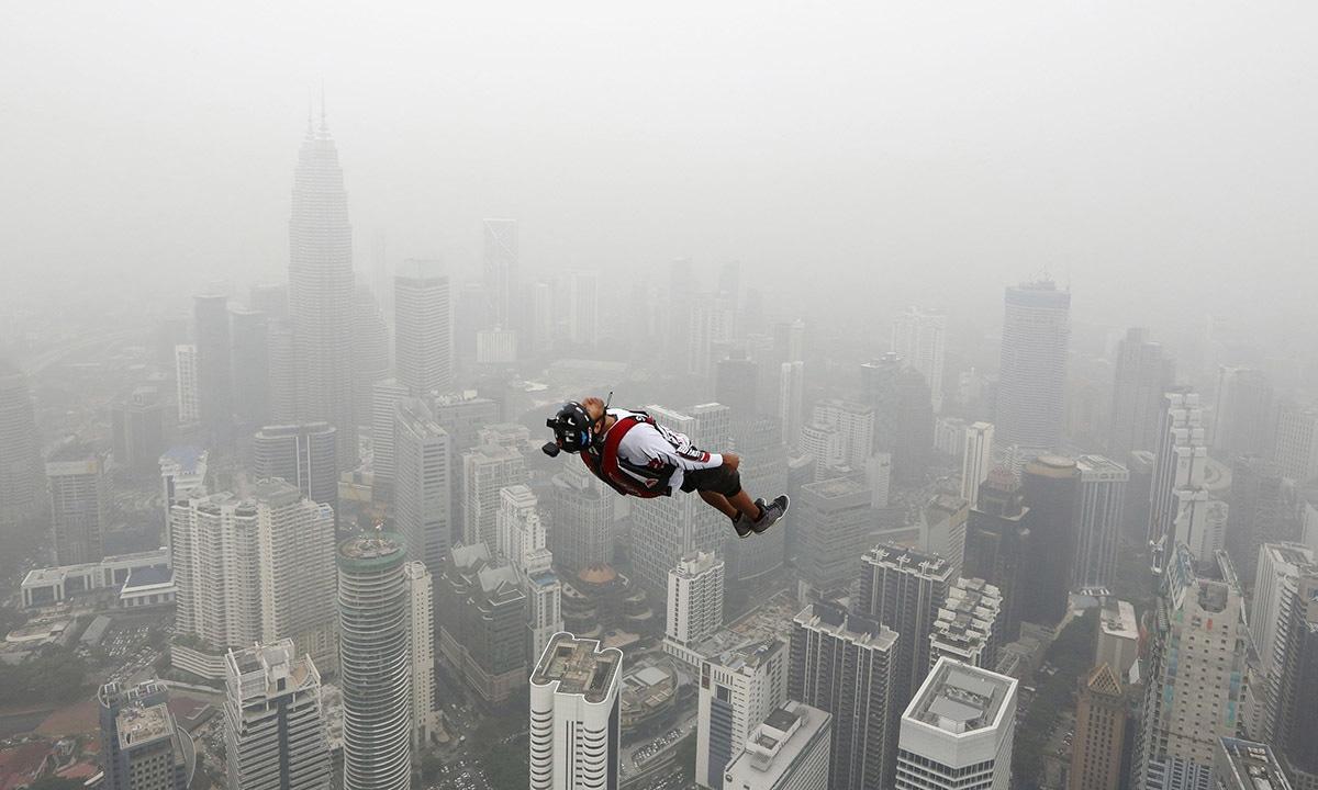 انٹرنیشنل ٹاور جمپ کے دوران ایک بیس جمپر 300 میٹر بلند کوالا لمپور ٹاور سے چھلانگ لگاتے ہوئے، اس جمپ میں 100 سے زائد افراد نے حصہ لیا—۔فوٹو/ رائٹرز