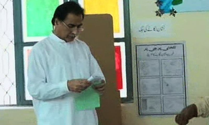 Ayaz Sadiq exercising his right to vote at the Garhi Shahu polling station. ─ DawnNews screengrab.