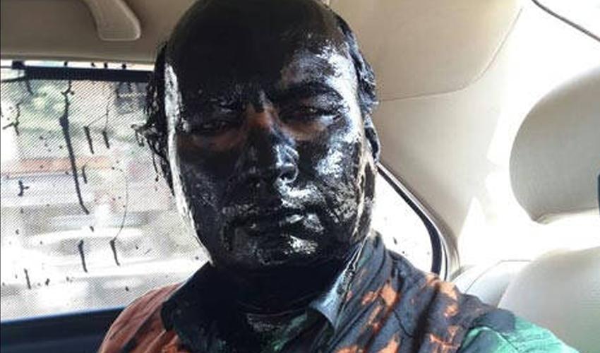 سدھیندرا کلکرنی کے مطابق شیو سینا کے تقریباً 10 سے 15 کارکنوں نے گھر کے باہر اُن پر سیاہ آئل پینٹ پھینک دیا—۔فوٹو/ بشکریہ این ڈی ٹی وی