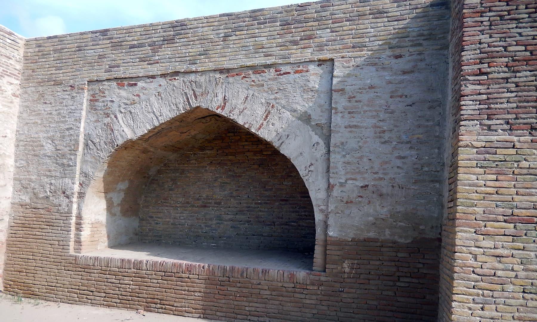 دمدمے کی دیوار.