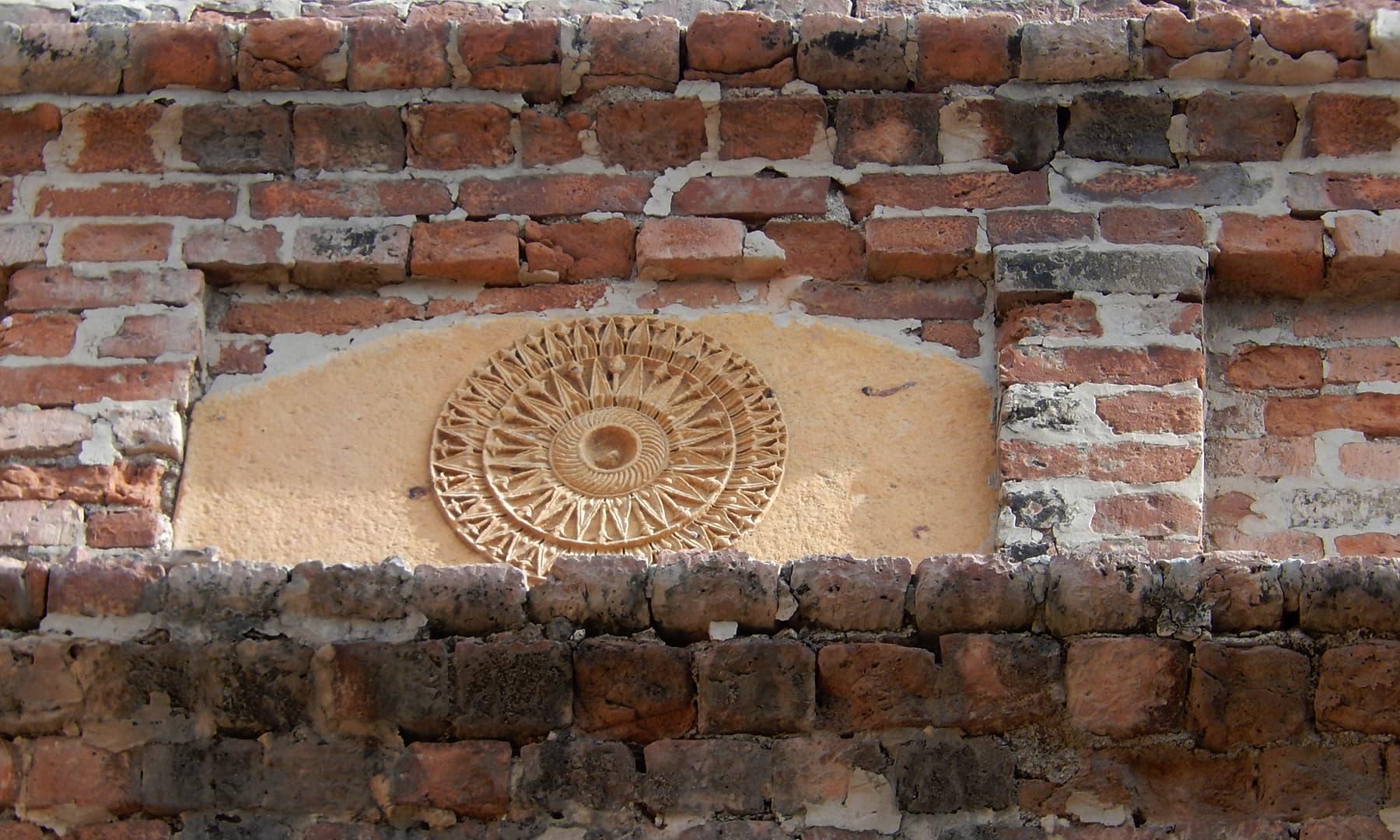 مرکزی دروازے پر بنا ہوا قدیم نقش.
