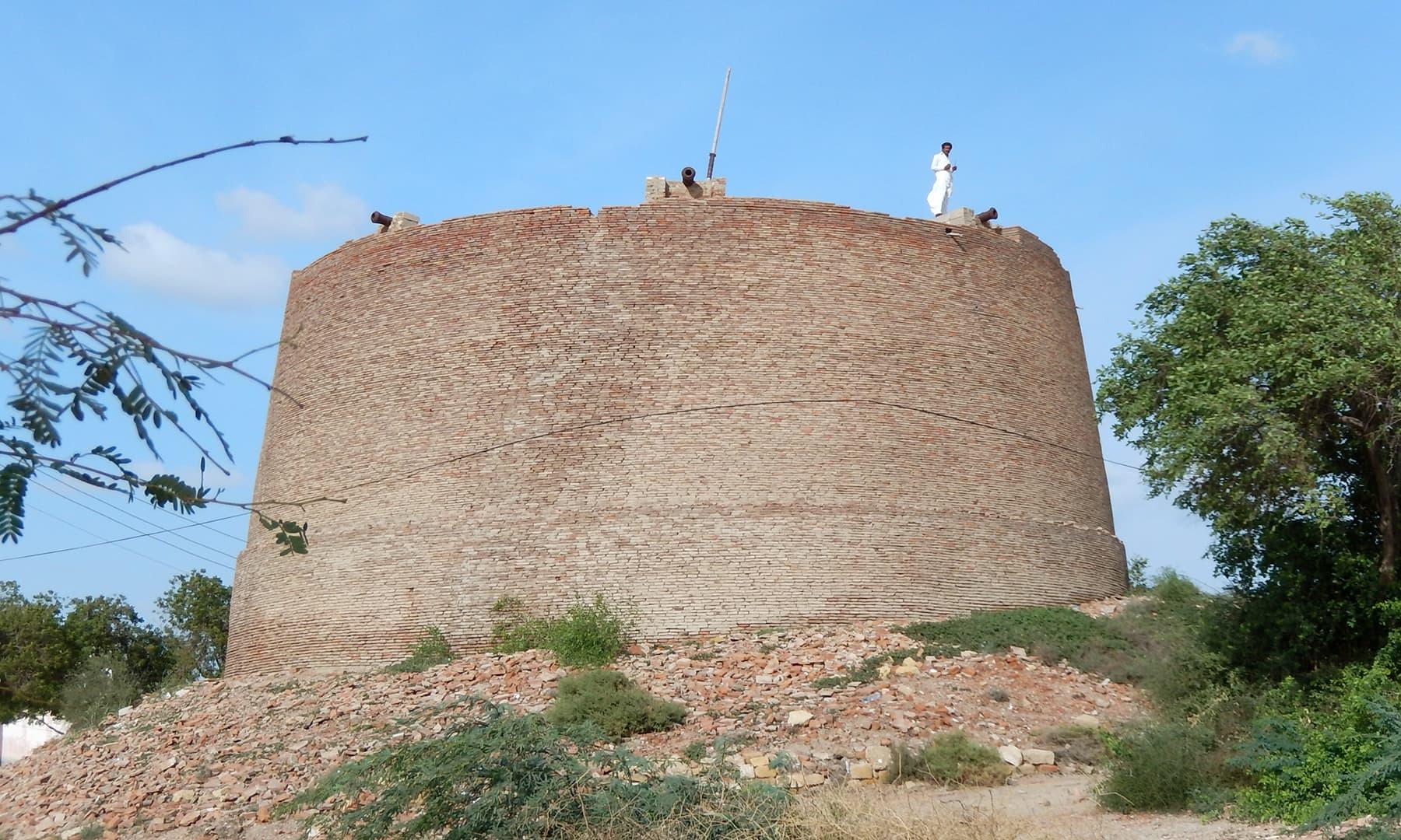 قلعے کے بیچ میں بنا ہوا برج۔