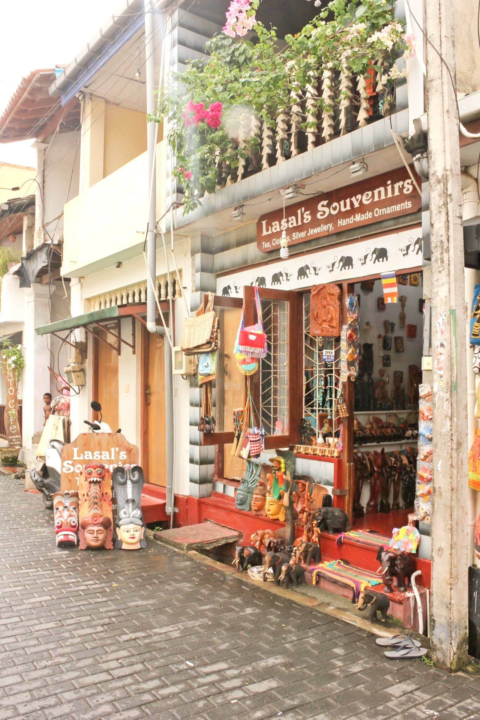 A souvenirs shop in Galle Fort - Photo by author