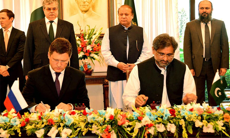 Federal Minister for Petroleum and Natural Resources Shahid Khaqan Abbasi and Russian Energy Minister Alexander Novak ink the agreement─ Photo courtesy: PID