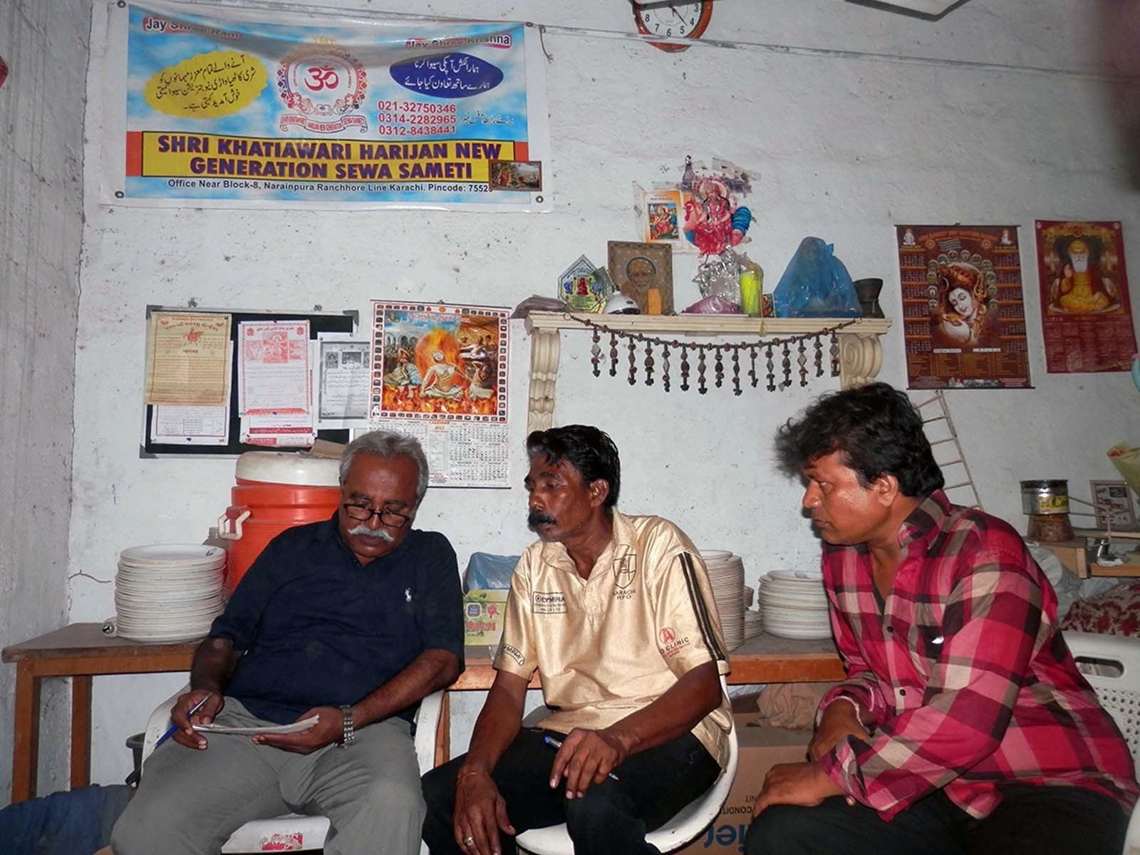 لکھاری ہندو سماجی تنظیم کے عہدیداران سے گفتگو کر رہے ہیں.