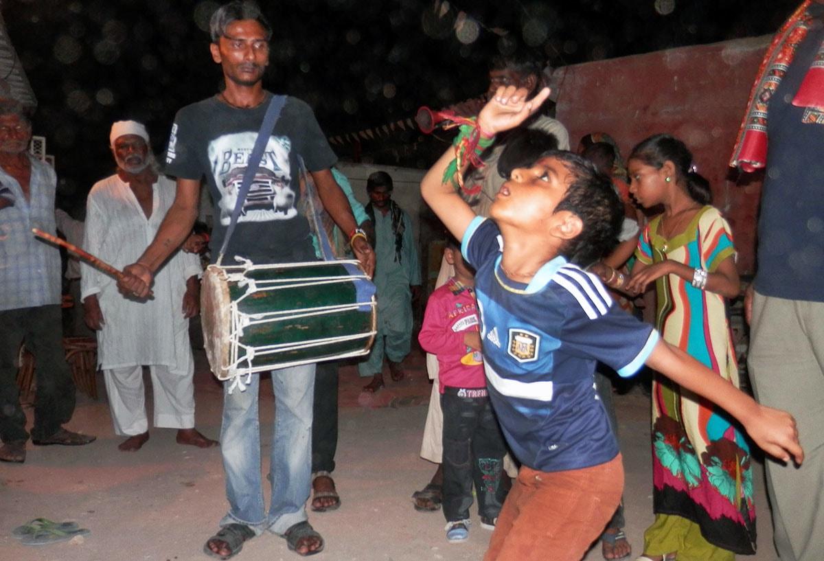 منت پوری ہونے پر بچہ خوشی سے رقص کر رہا ہے.