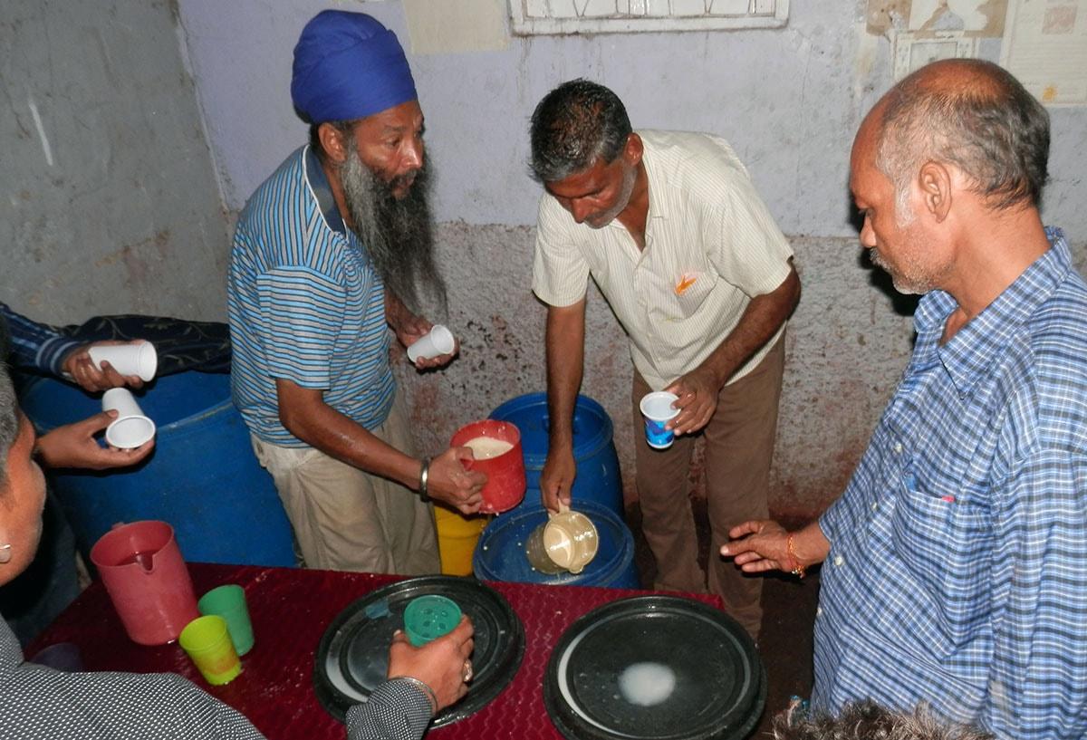 سکھ برادری کی سبیل سے لوگوں کو دودھ فراہم کیا جا رہا ہے.