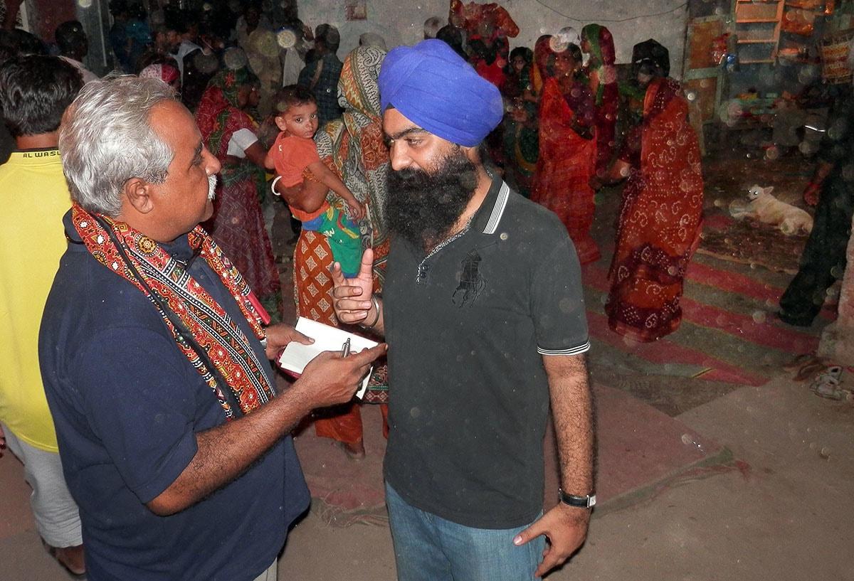 لکھاری سبیل کے سکھ منتظم سے بات چیت کر رہے ہیں.