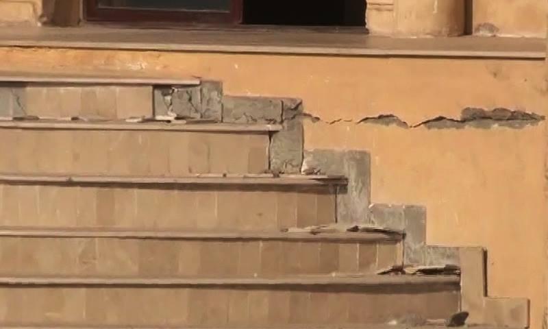 اسلام آباد میں سیکٹر 11 کے پلازہ میں دراڑیں پڑ گئیں—ڈان نیوز اسکرین گریب