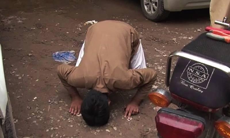 زلزلے کے بعد پشاور میں ایک شخص سجدہ ریز ہے—۔ڈان نیوز اسکرین گریب