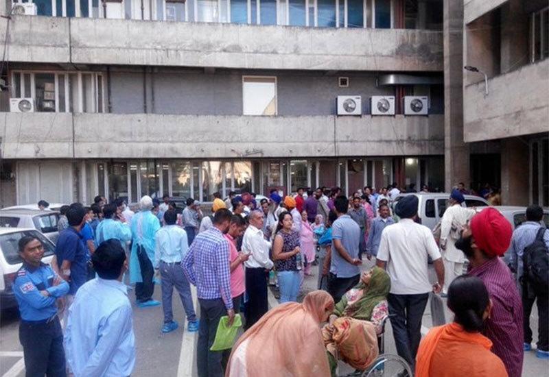 ہندوستانی ریاست چندی گڑھ میں زلزلے کے بعد لوگ عمارتوں سے باہر نکل آئے—۔فوٹو/ ٹوئٹر