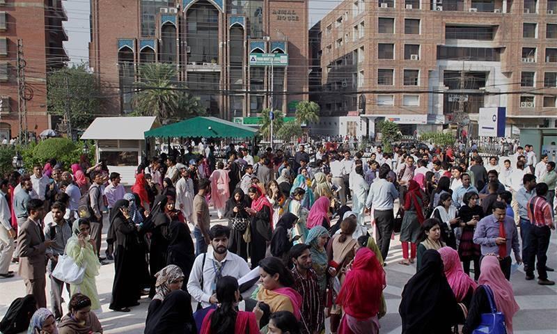لاہور میں زلزلے کے بعد لوگ عمارتوں سے باہر آگئے—۔فوٹو/ اے پی