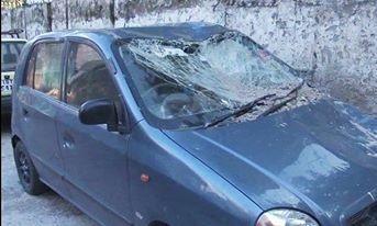 راولپنڈی میں زلزلے سے متاثر ہونے والی ایک گاڑی—۔ڈان نیوز اسکرین گریب