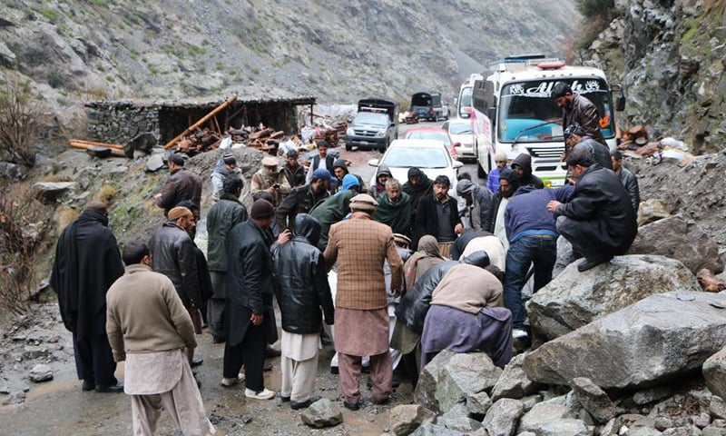 زلزلے کے بعد شاہراہ قراقرم کا ایک منظر—۔ فوٹو/حسین نگری