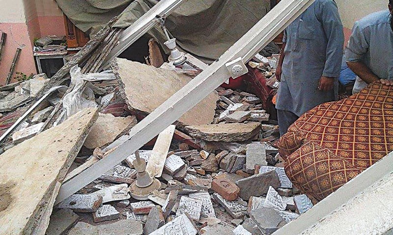 LANDI KOTAL: People take part in the rescue work after a house was destroyed by the earthquake.—Online