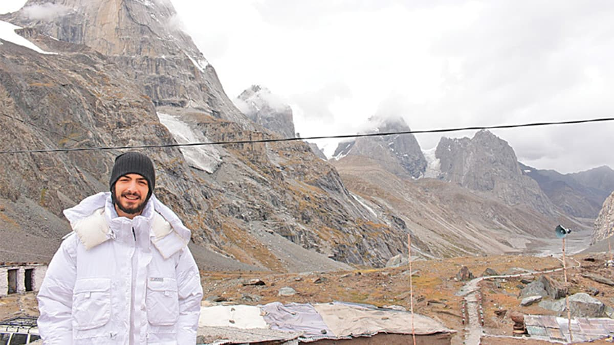 One cast member snapped while spending time with the troops at Siachen