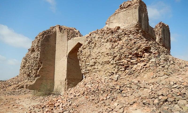بادشاہت سے نفرت میں ہم نے اپنے شاہی ماضی کو ایسا بھلایا ہے کہ تاریخی عمارات کھنڈر بن چکی ہیں. — فوٹو ابوبکر شیخ