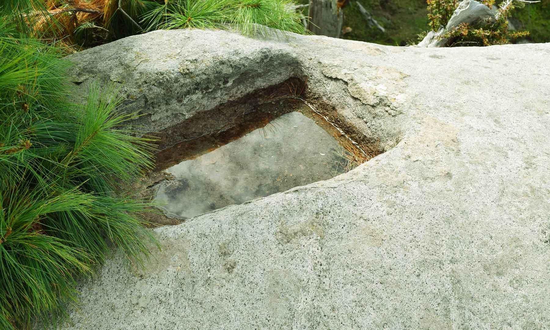 رام تخت پر پانی کے لئے بنائی گئی چھوٹی سی جگہ، ایک عام خیال ہے کہ یہ جگہ رام چندر جی کی بنائی ہوئی ہے۔