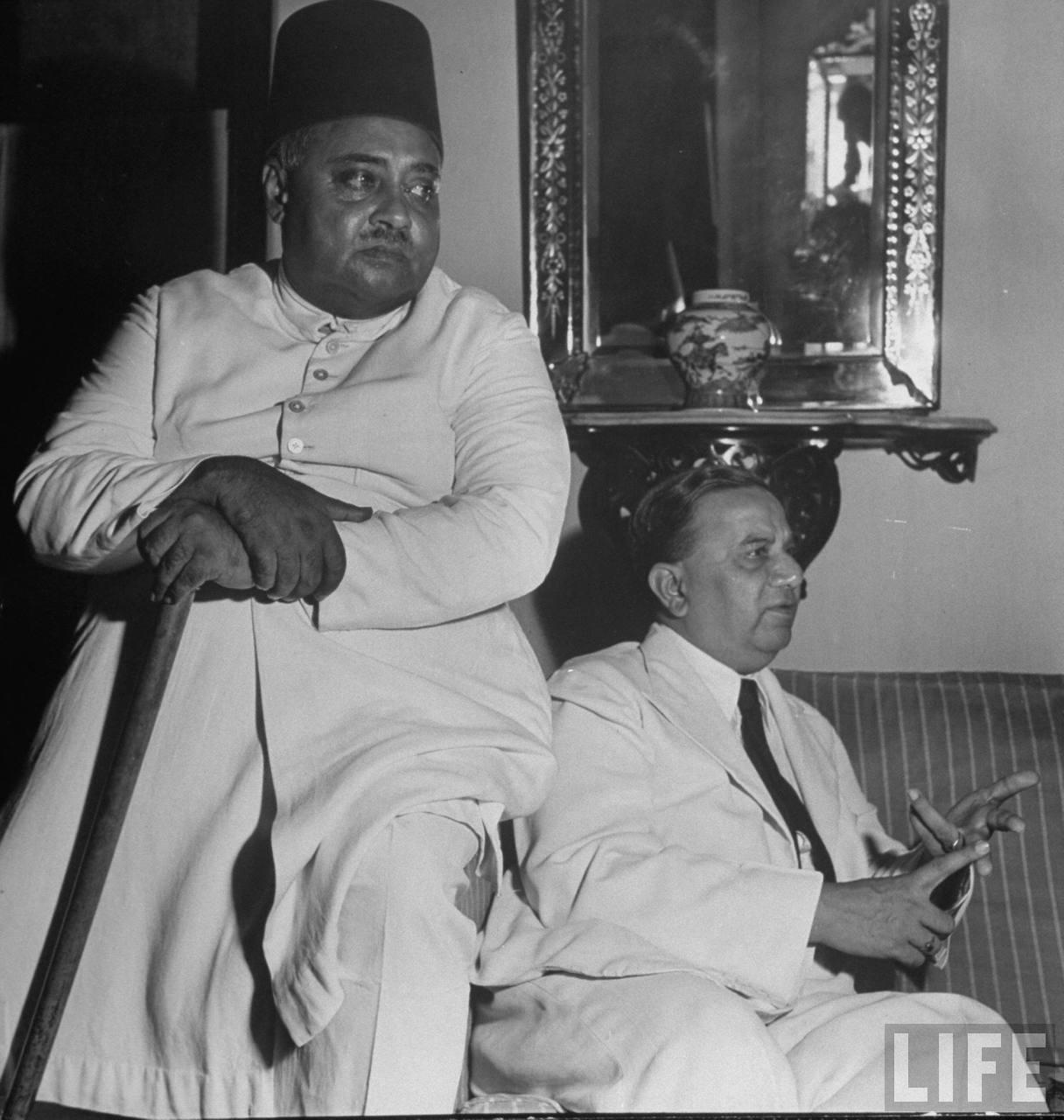.بنگال کے وزیرِ اعلیٰ حسین شہید سہروردی (دائیں) اور خواجہ ناظم الدین (بائیں) سہروردی کے گھر پر. ستمبر 1946. فوٹو بشکریہ Margaret Bourke-White/LIFE Magazine