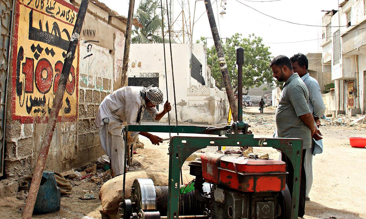 کراچی کے علاقے توحید کالونی کے رہائشی بورنگ کروا رہے ہیں—تصویر بشکریہ نوشاد عالم
