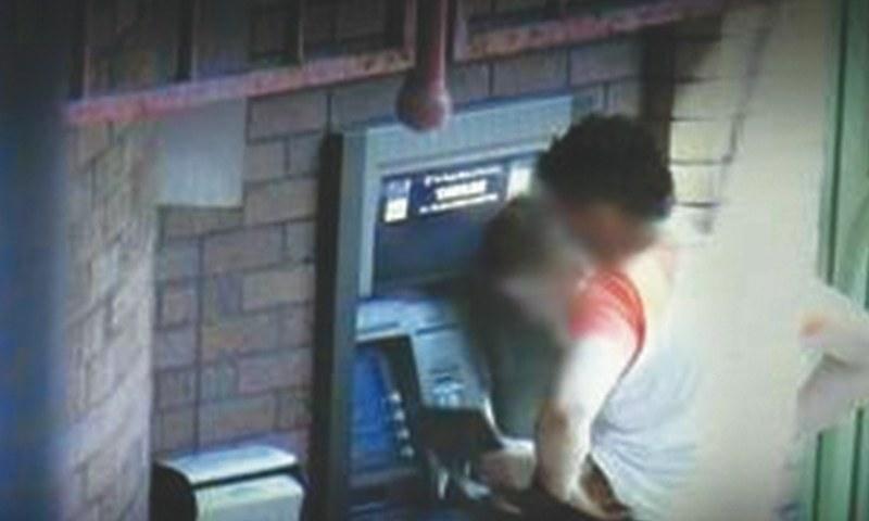 شہروں میں جرائم پیشہ افراد اکثر یرغمال بنا کر زبردستی اے ٹی ایم لے جاتے ہیں اور بینک اکاؤنٹ خالی کروا لیتے ہیں.— Creative Commons.