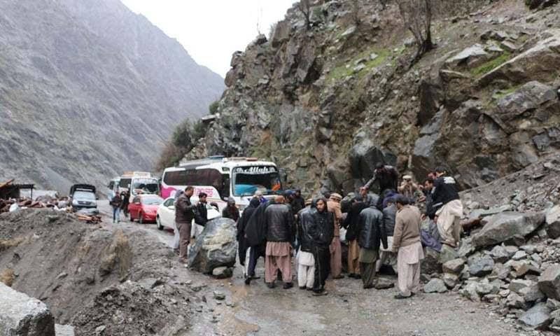 گلگت بلتستان میں زلزلے کے بعد لینڈ سلائیڈنگ کی وجہ سے راستہ بند ہے۔ 26 اکتوبر 2015. فوٹو حسین ناگری