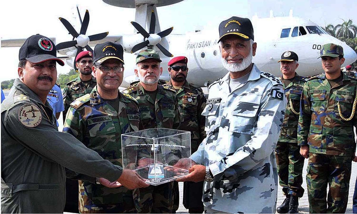 Air Chief Marshal Sohail Aman Chief of Air Staff, Pakistan Air Force (PAF), presenting a memento to Chief of Naval Staff Admiral Muhammad Zakaullah, during exercise Sea Spark. — APP