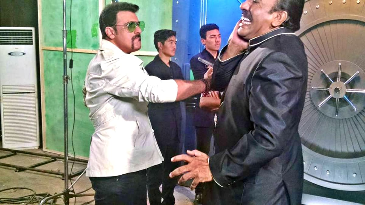 Shamoon rehearses a slap scene with Nayyar Ejaz – Photo courtesy Shamoon Abbasi