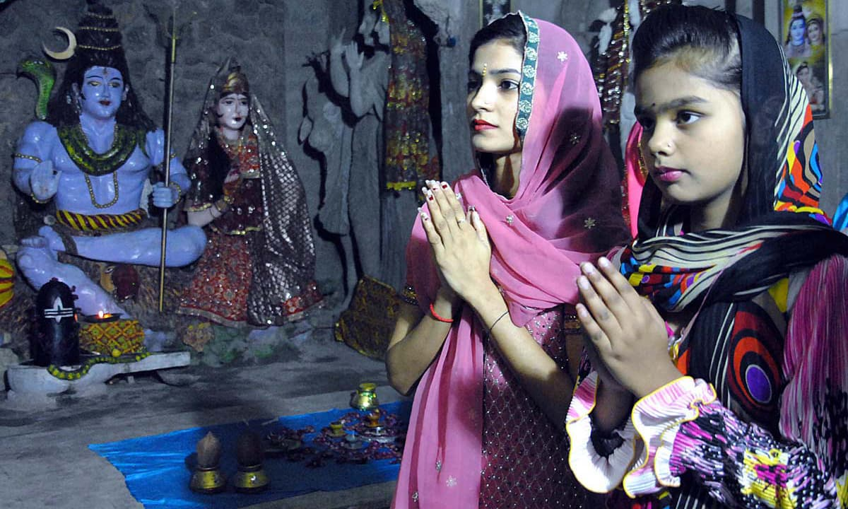 Hindu girls offer prayers during Diwali Festival in Shiva Mandir at Thandi Sarak. —APP