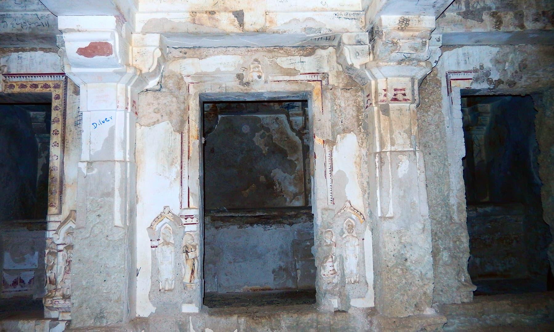 اندرونی حصے پر گوڑیچو کی مورتیاں و تصاویر بنائی گئی ہیں۔
