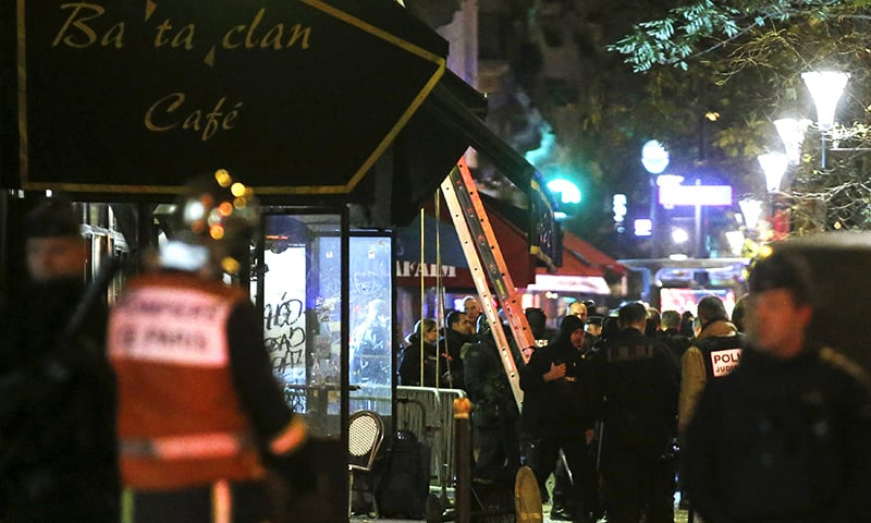 The body of a victim is seen covered, along the sidewalk outside a cafe at the Bataclan concert hall following fatal shootings in Paris, France, November 14, 2015. —Reuters