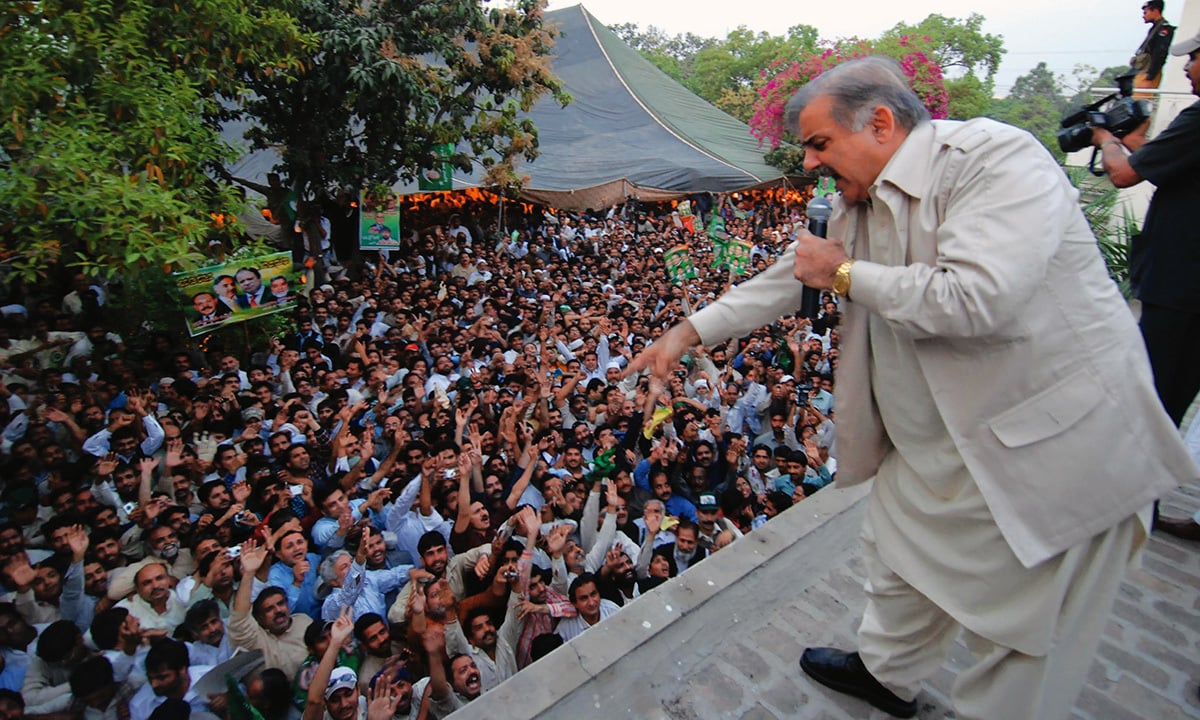 Shahbaz Sharif addresses a gathering of PMLN supporters in Model Town, Lahore | Dawn Photo