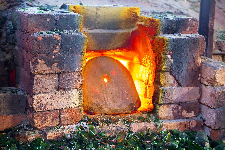 Furnaces to melt the glass during sadai.