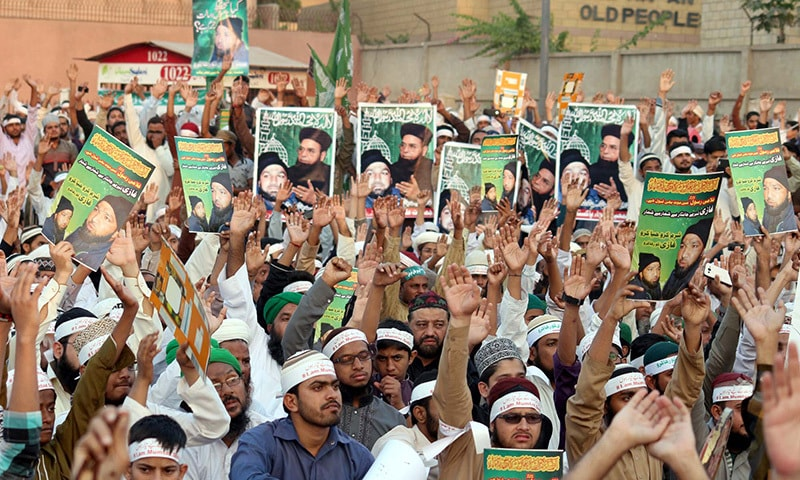 Activists of religious parties protest against  death sentence handed down to Mumtaz Qadri as they demand his release during demonstration held at M.A Jinnah Road in Karachi Friday, November 20, 2015. —PPI