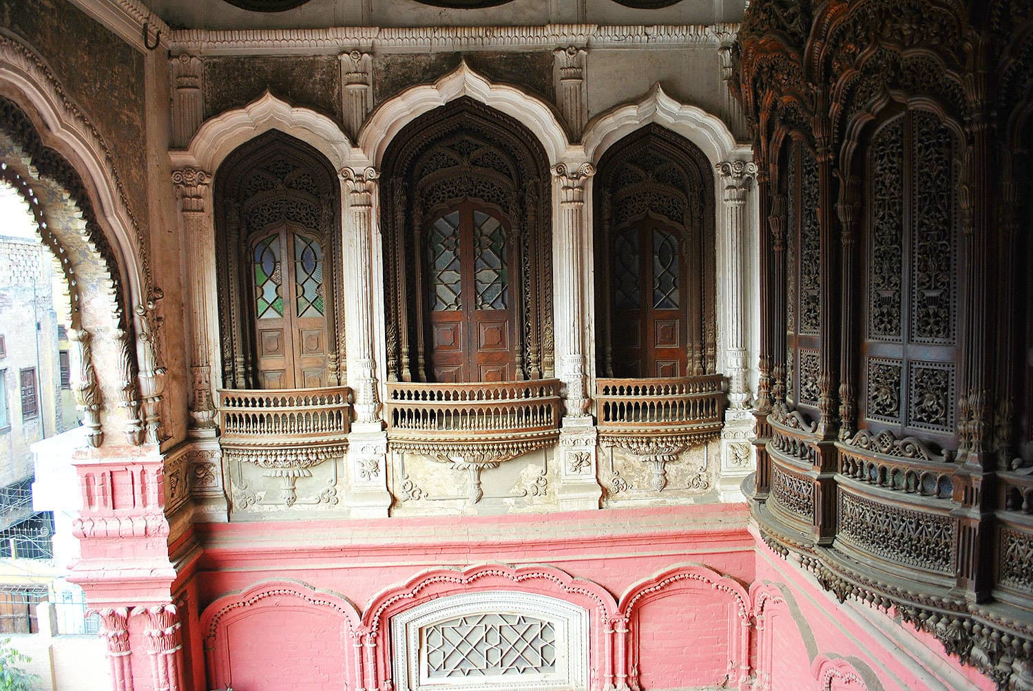 Windows and *jharokas* of the Umar Hayat Mahal.
