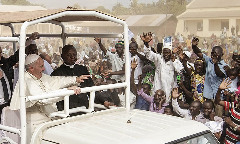 Pope Francis (C) waves as he visits the Koudoukou school to meet people from the Muslim community. ─ AFP
