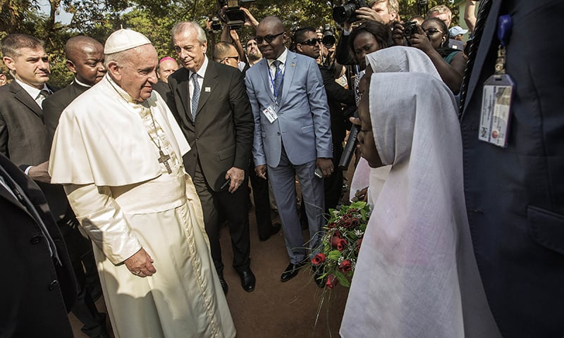 Pope Francis (L) arrives at the Central Mosque in the PK5 neighborhood to meet with members of the Muslim community. ─ AFP