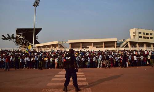 People wait for Pope Francis outside the Evangelic community  in Bangui. ─ AFP