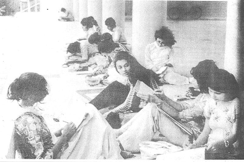 Students outside the Arts Lobby of Karachi University (1974).
