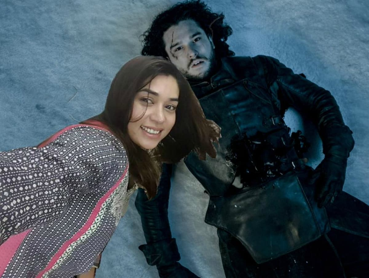 Komal sneaks a selfie in the final moments of Jon Snow's demise