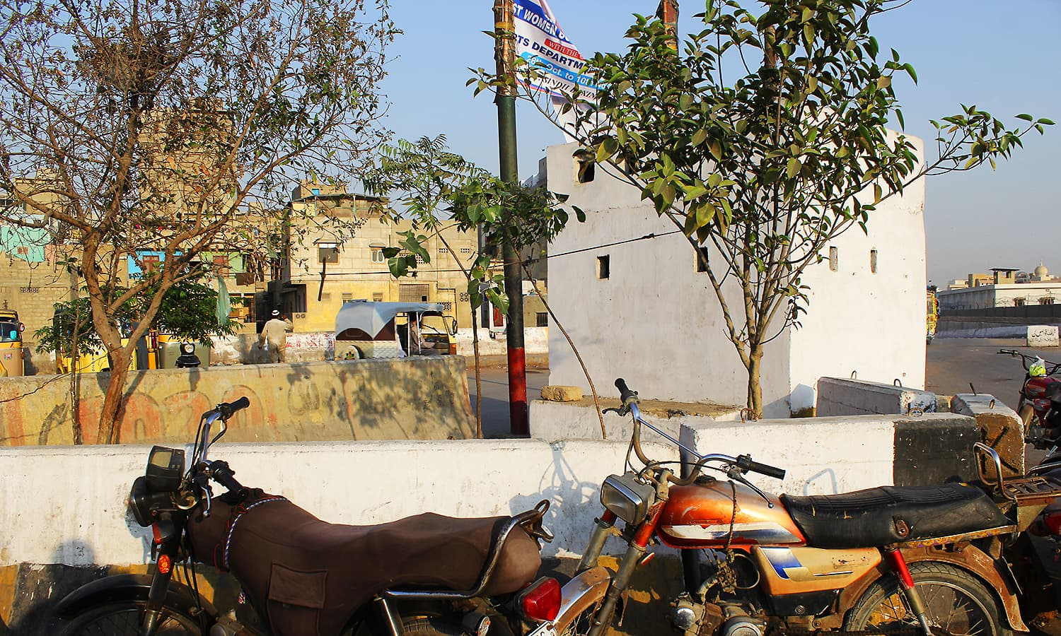 The police chowki at the Sher Shah intersection. ─ Photo by author