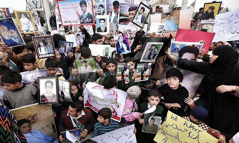 آرمی پبلک اسکول حملے میں جاں بحق ہونے والے طلبا کے ورثا احتجاج کر رہے ہیں۔ — اے پی پی۔