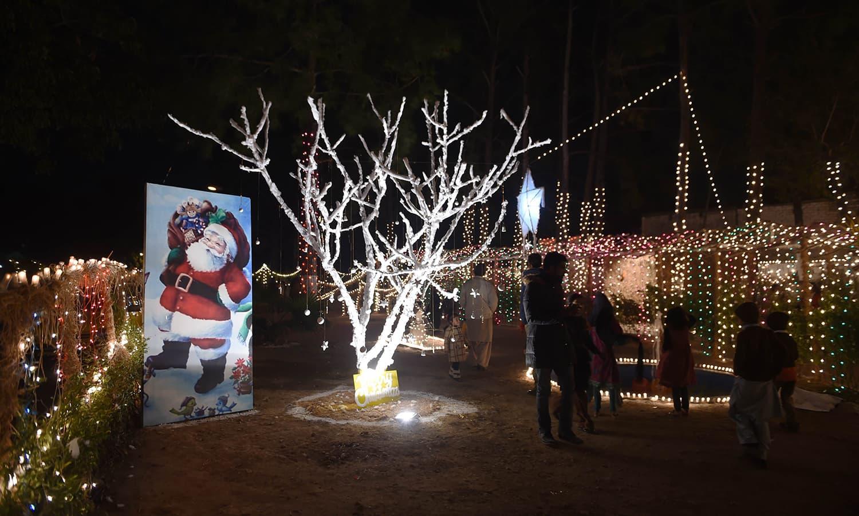 کرسمس کے موقع پر نہایت خوبصورت سجاوٹ کی گئی اور کرسمس ٹری کو دلکش روشنیوں سے سجایا گیا — اے ایف پی