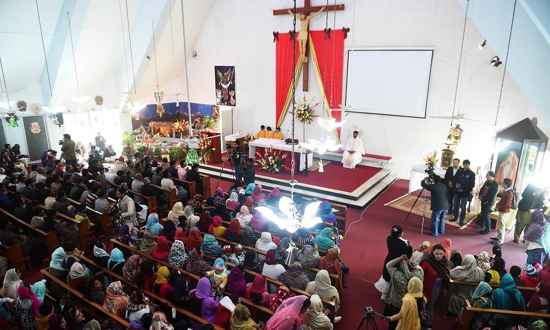 پاکستان کی مسیحی برابری سے تعلق رکھنے والے افراد ایک چرچ میں جمع ہوئے ہیں — اے ایف پی