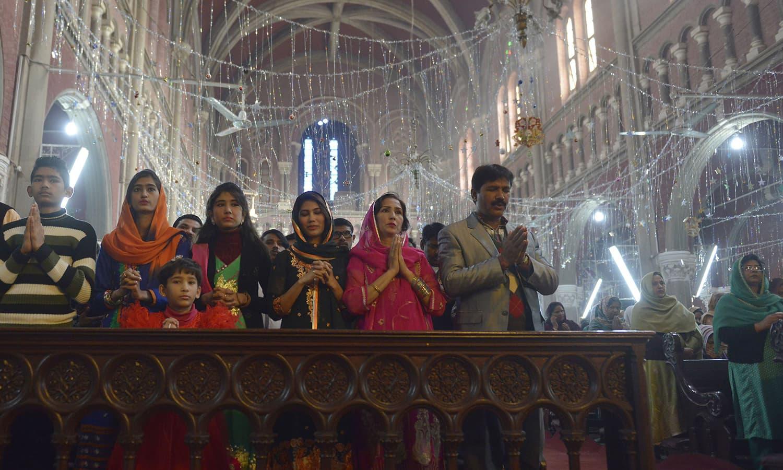 پاکستان کے ایک چرچ میں لوگ کرسمس کے موقع پر عبادتیں کرنے میں مصروف ہیں — اے ایف پی