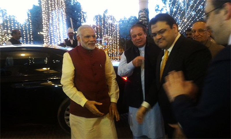 Modi meeting guests and family members of PM Nawaz.─Photo: Indian MEA