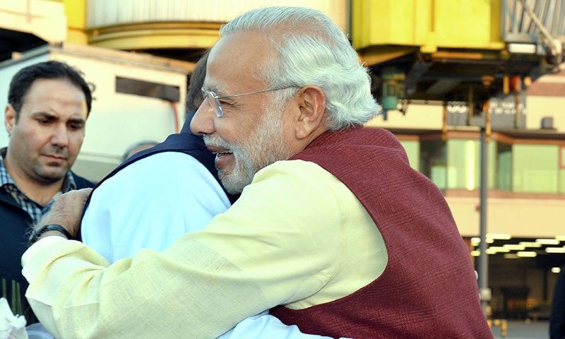 Indian Prime Minister, Narendra Modi (R) and Pakistan Prime Minister, Nawaz Sharif hug on meeting.─AFP