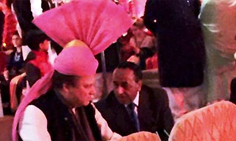 Indian PM Modi presented Nawaz a pink turban to wear on the occasion of his granddaughter's wedding. ─ Photo: PTI