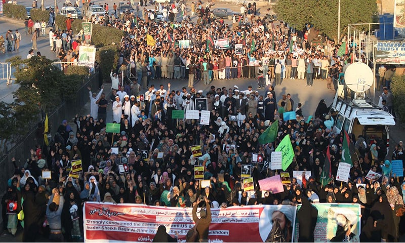 KARACHI: MWM Activists are seen protesting  against execution of prominent Shia cleric Sheikh Nimr al-Nimr in S. Arabia during a demonstration  at M.A Jinnah Road in Karachi on Sunday, January 03, 2016. —PPI