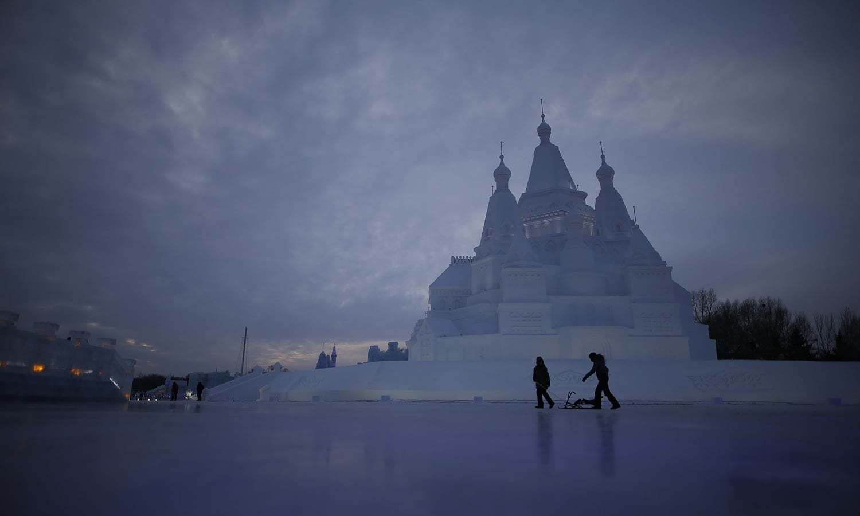 چین میں برف سے تیار کیا گیا یہ محل لوگوں کی توجہ کو مرکز بنا ہوا ہے — رائٹرز